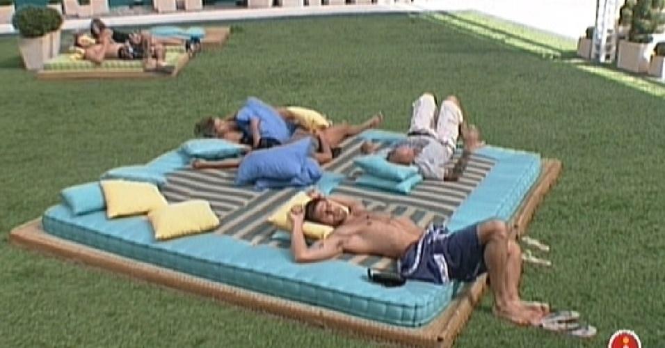 Campainha de manutenção interna toca e brothers deitam no futon (16/2/12)
