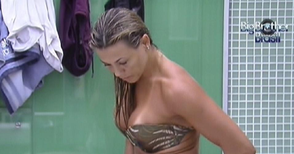 Fabiana se enxuga após tomar banho (16/2/12)