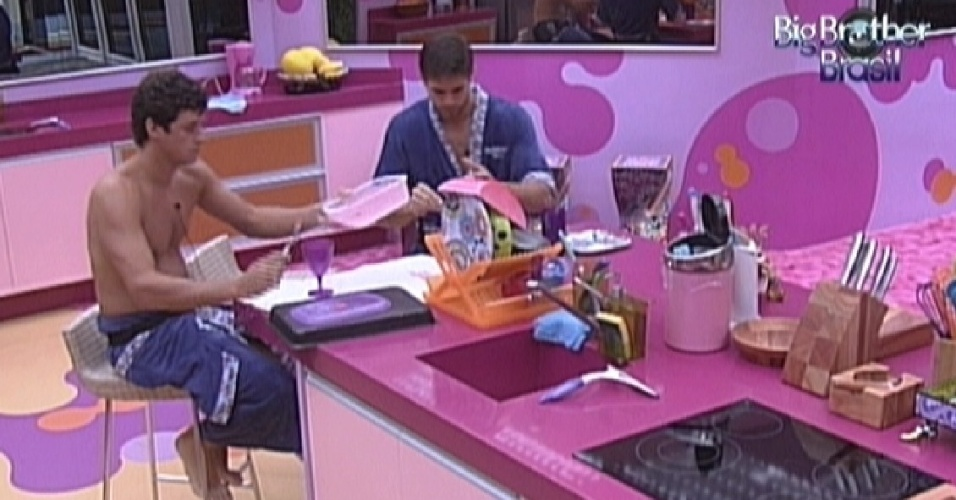 Fael e Jonas fazem um lanche na cozinha na tarde desta quinta-feira (16/2/12)