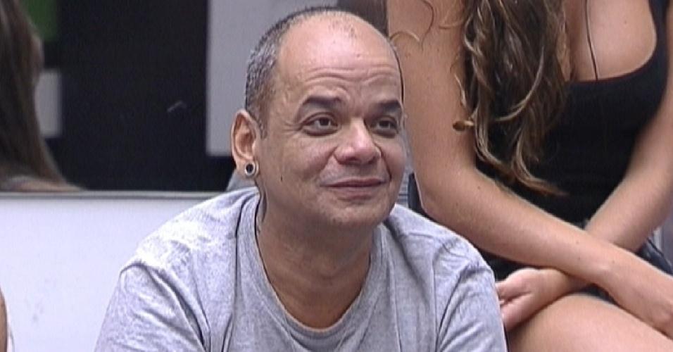 João Carvalho fala para Bial que fez mal a barba durante o banho, e precisou tirar todo o bigode (16/2/12)