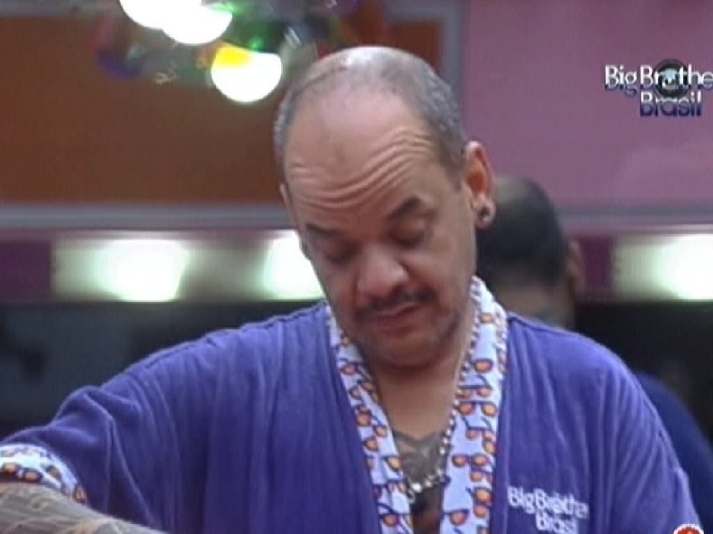 João Carvalho prepara o almoço enquanto conversa com Laisa (16/2/12)