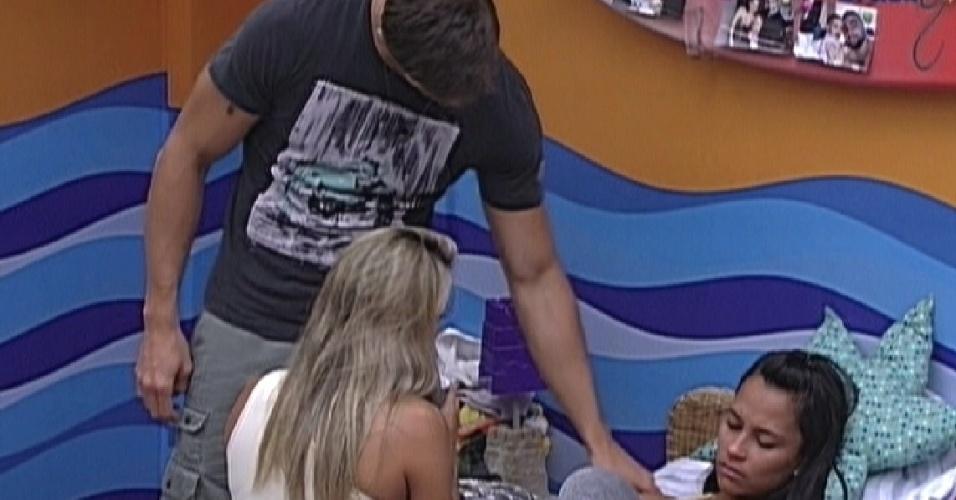 Kelly chora e é consolada por Jonas e Fabiana no quarto Praia (16/2/12)