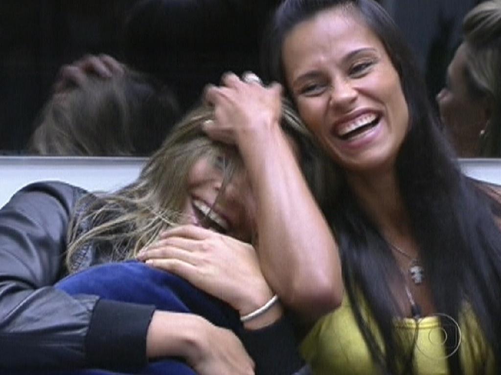 Monique (esq.) fica com vergonha quando Bial relembra que ela chorou muito por causa da roupa que recebeu para a festa Guaraná (16/2/12)