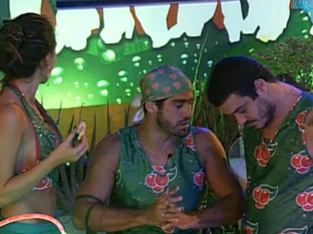 Rafa conta para Yuri que votará em Fabiana no próximo paredão (15/2/12)