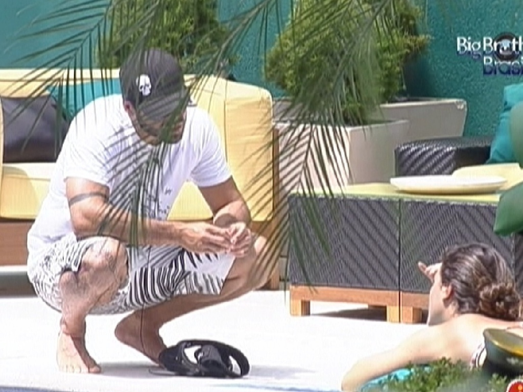 Yuri e Laisa conversam sobre atendimento médico que o brother recebeu (16/2/12)