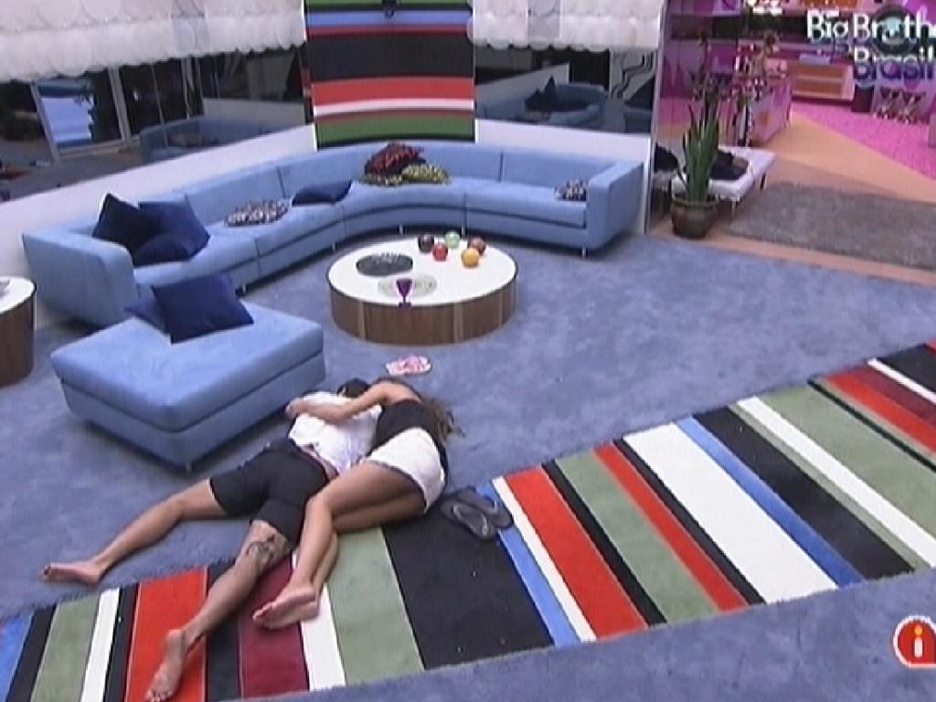 Yuri e Laisa descansam deitados no chão da sala (16/2/12)
