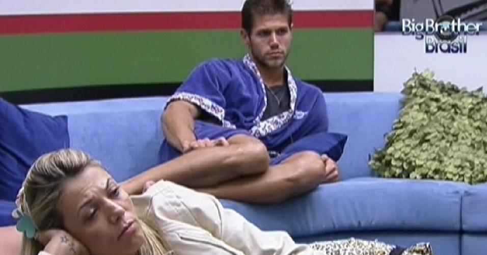 Fabiana e Jonas assistem videoclipes na sala ao acordarem (17/2/12)