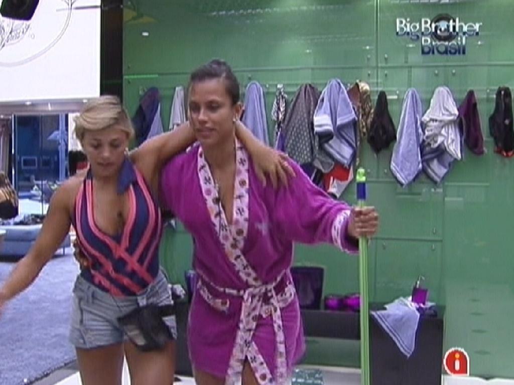 Fabiana e Kelly escorregam no piso do banheiro enquanto fazem faxina (17/2/12)