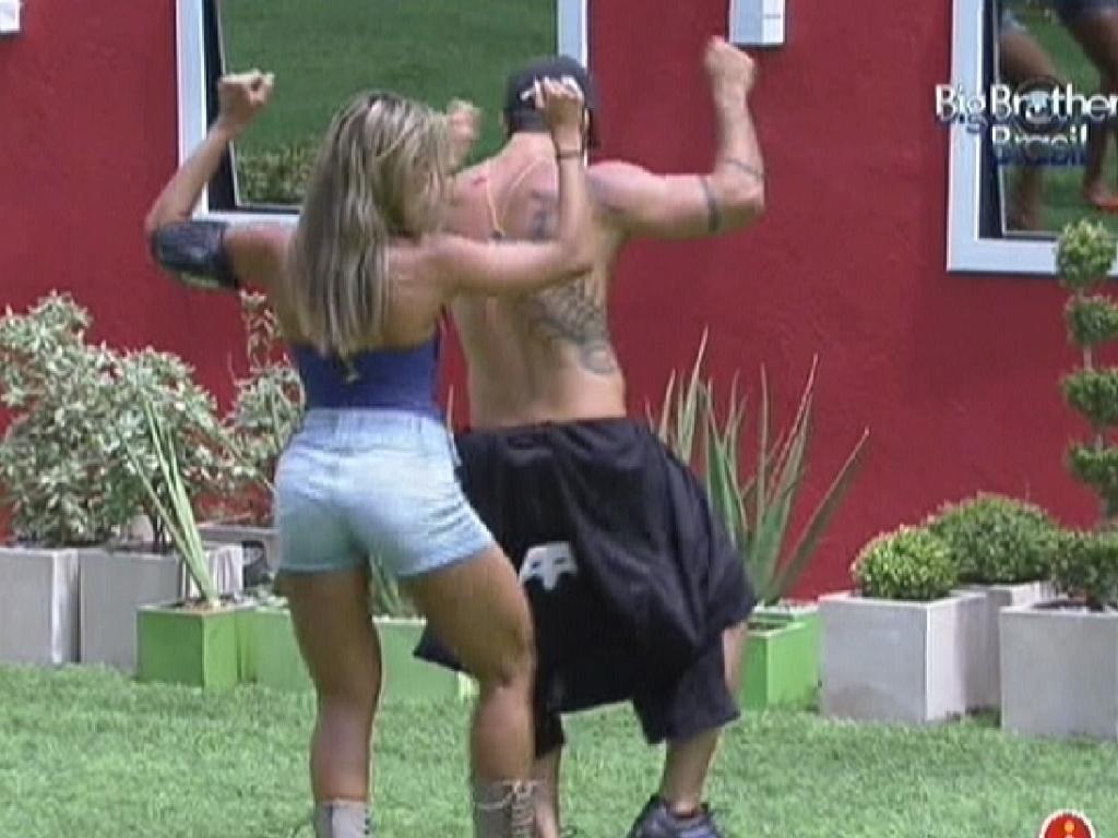 Fabiana ensina Yuri a sambar (17/2/12)