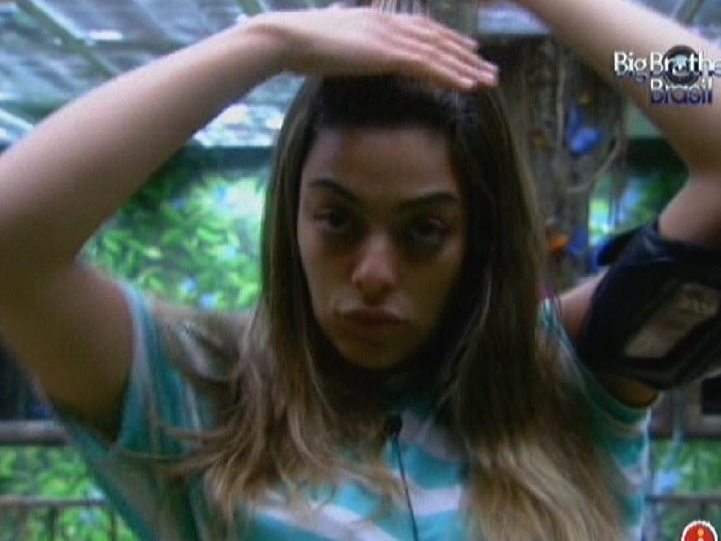 Monique acorda no quarto Selva e prende os cabelos (17/2/12)