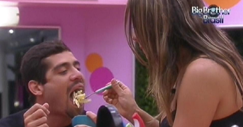 Monique dá comida na boca de Yuri (17/2/12)