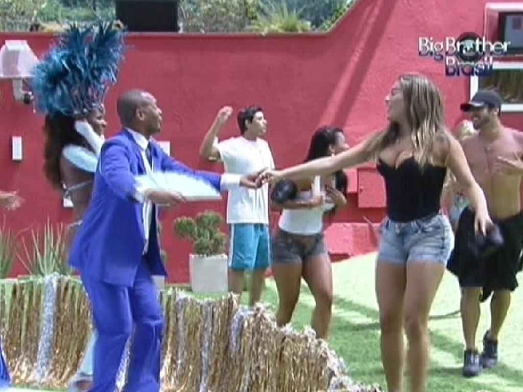 Monique dança junto com mestre-sala (17/2/12)