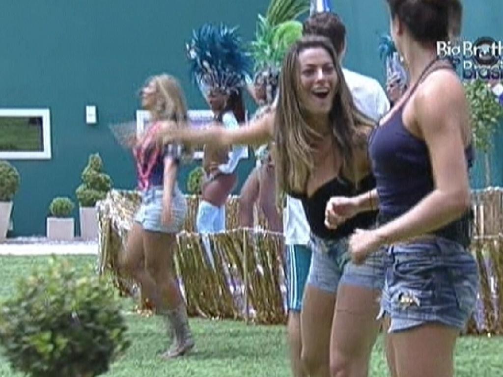 Monique e Laisa dançam ao som da bateria da Beija-Flor (17/2/12)