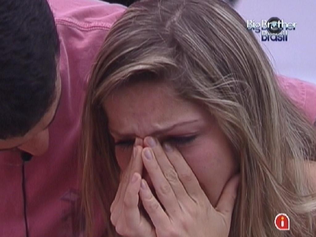 Renata chora e é consolada por Rafa (17/2/12)