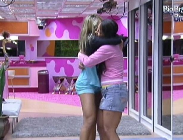 Fabiana (esq) dança abraçada com Kelly na sala ao acordar (18/2/12)