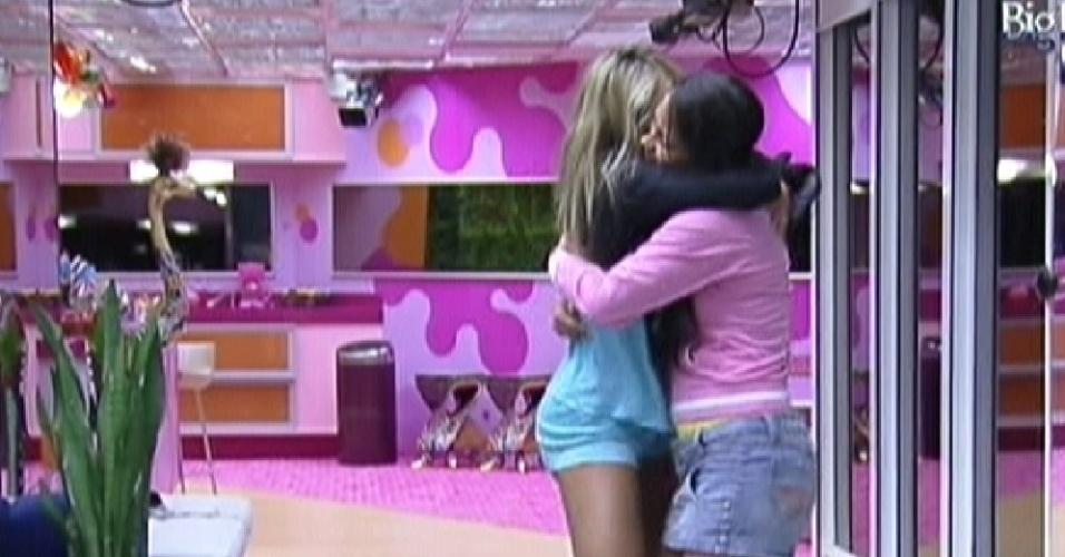 Fabiana (esq.) dança abraçada com Kelly na sala ao acordar (18/2/12)