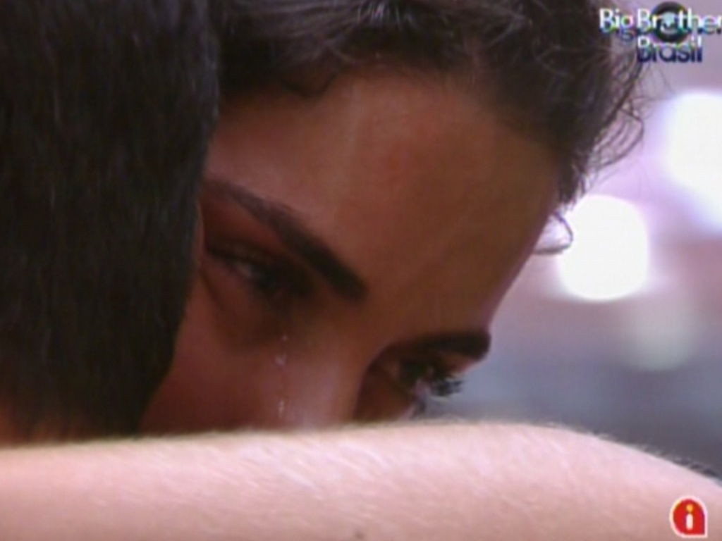 Laisa chora abraçada com Yuri (18/2/12)