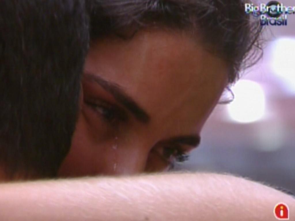 Laisa chora abraçada com Yuri (18/2/12)