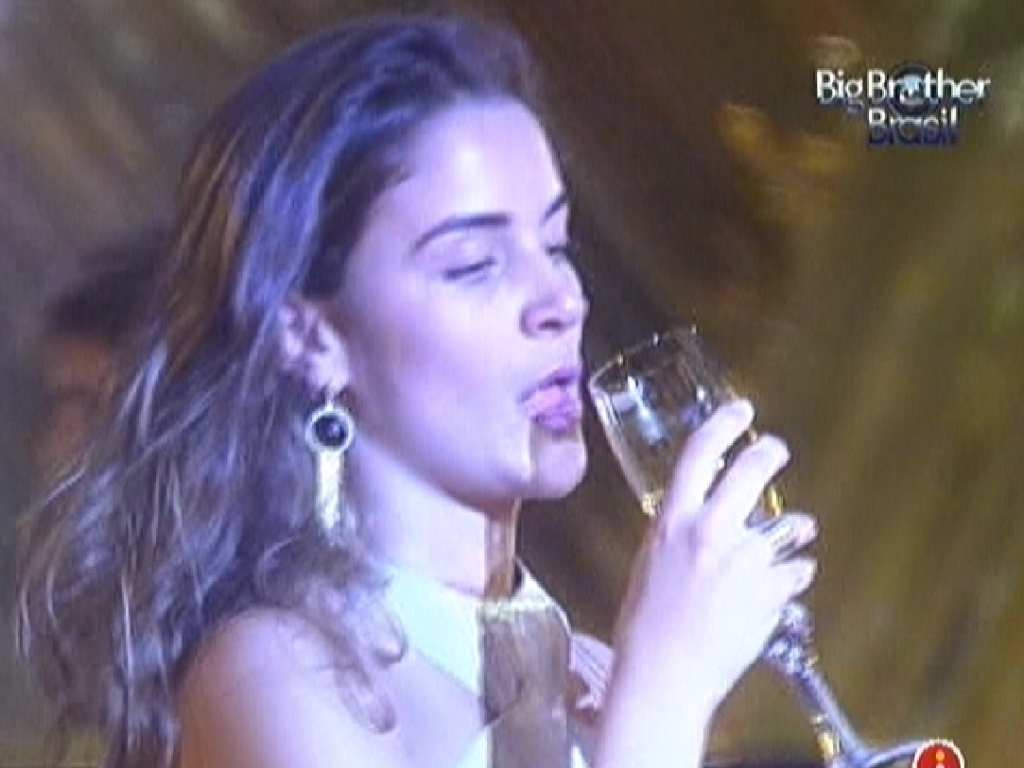 Laisa toma champagne na festa ouro deste sábado (18/2/12)