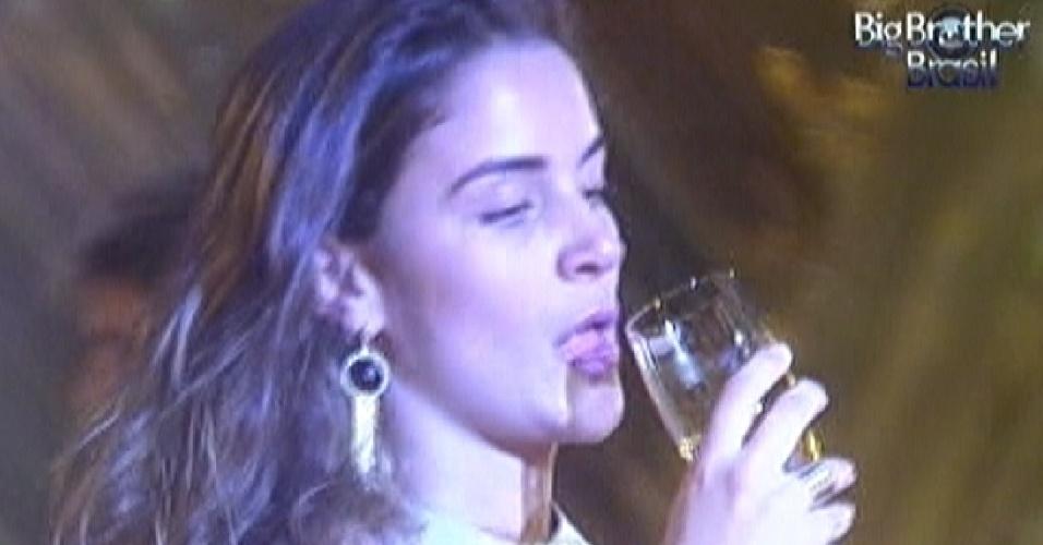 Laisa toma champagne na festa ouro deste sábado (18/2/12)