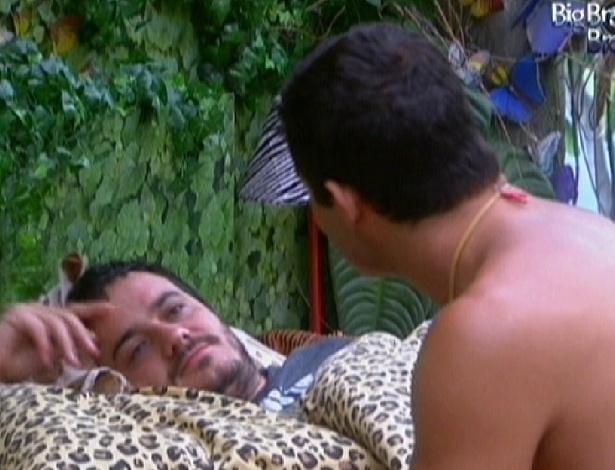 Rafa e Yuri conversam sobre Big Fone falso que Renata atendeu (18/2/12)