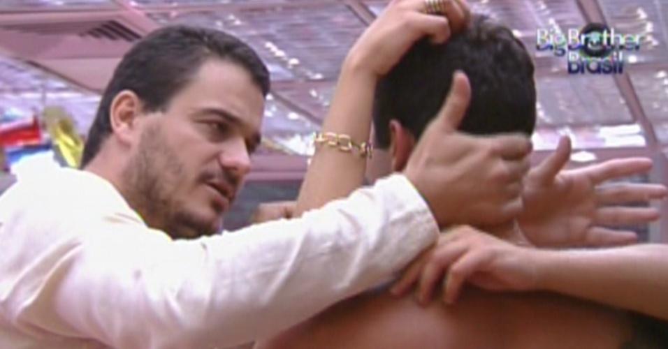 Rafa entra na cozinha e consola Yuri que está baqueado por ter sua liderança anulada (18/2/12)