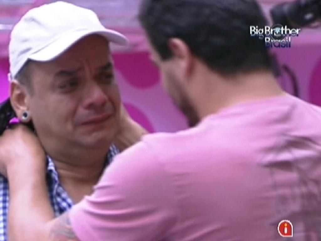 Após saber que está no paredão, João Carvalho chora e diz que quer provar para Rafa que não é