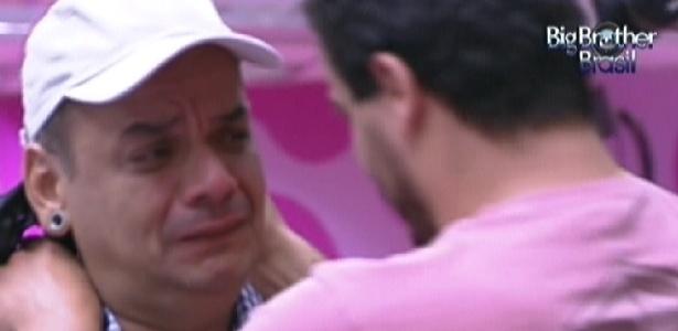 """Após saber que está no paredão, João Carvalho chora e diz que quer provar para Rafa que não é """"moleque"""" (19/2/12)"""