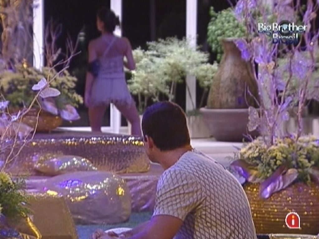 De longe, Yuri observa Laisa dançar para o espelho durante a festa ouro (18/2/12)