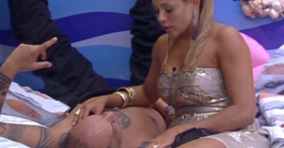 Fabiana conversa e tenta acalmar João Carvalho no quarto Praia (18/2/12)