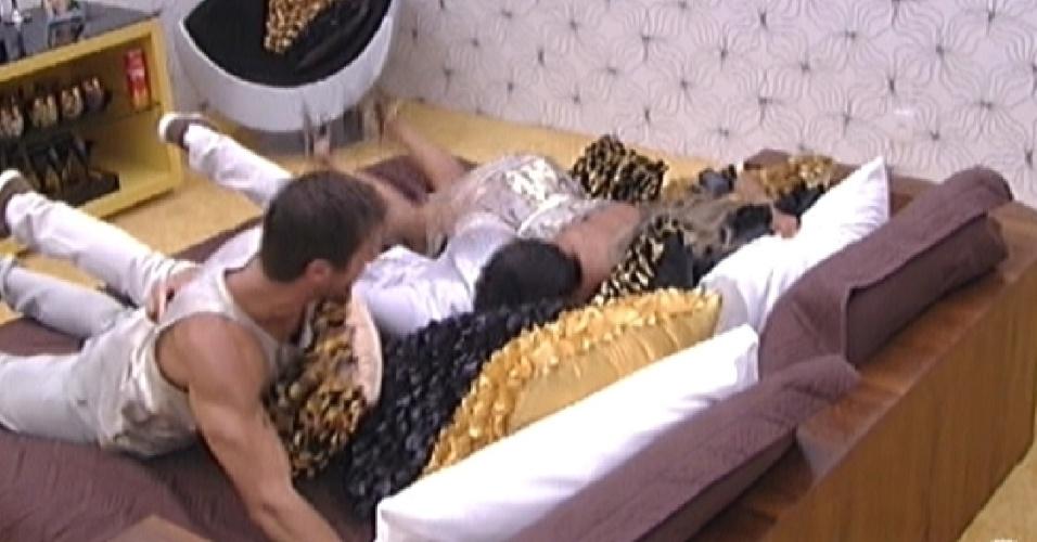 Jonas, Fabi e Fael pulam na cama comemorando a liderança do veterinário (18/2/12)