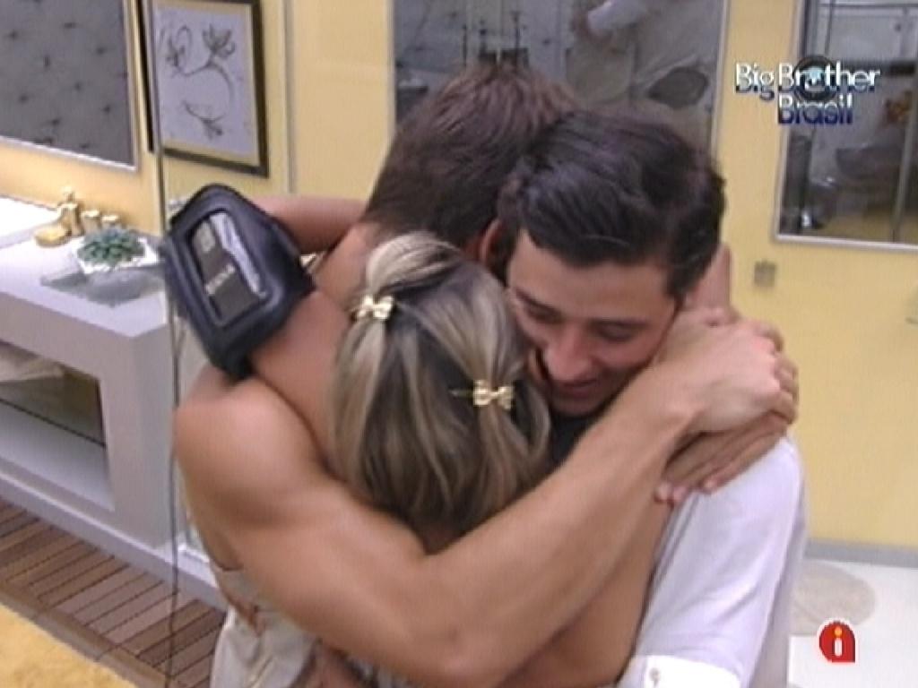Jonas, Fabiana e Fael se abraçam comemorando a liderança do veterinário (18/2/12)