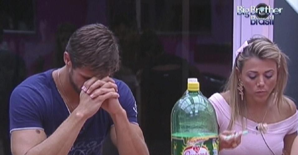 Jonas faz uma oração antes de começar a jantar (19/2/12)