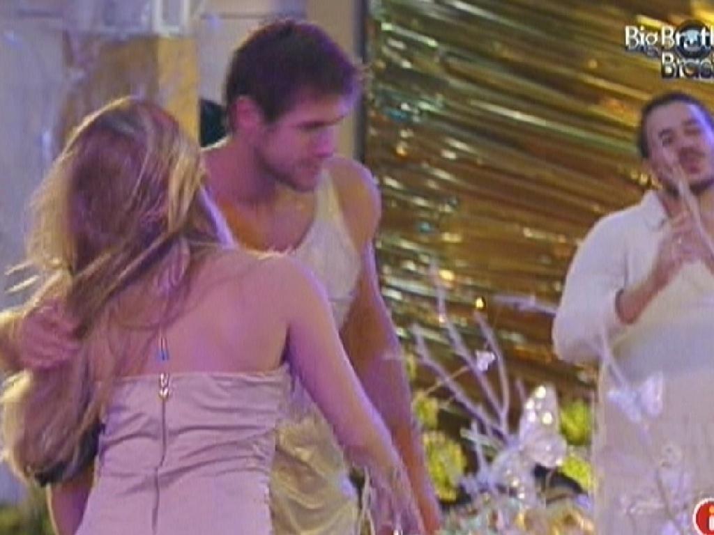 Jonas se despede rapidamente de Renata ao deixar a festa deste sábado (18/2/12)