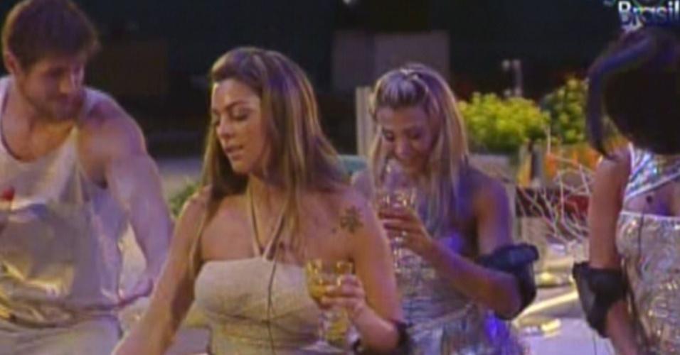 Monique deixa calcinha a mostra enquanto dança na festa Ouro (18/2/12)