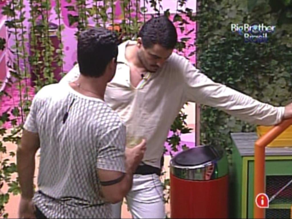 Rafa fica nervoso com postura de João Maurício e Yuri tenta acalmá-lo (18/2/12)
