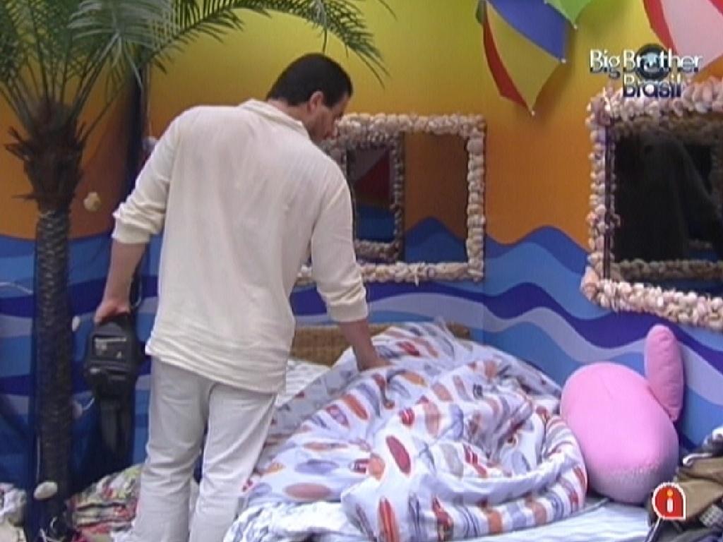 Rafa vai ao quarto Praia consolar João Carvalho que estava chorando (18/2/12)