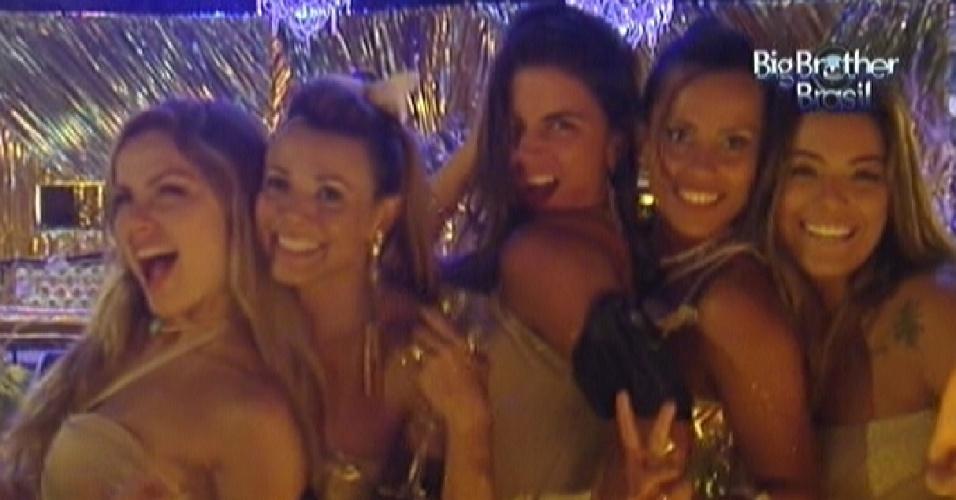 Sisters fazem caras e bocas para o espelho durante festa Ouro (19/2/12)