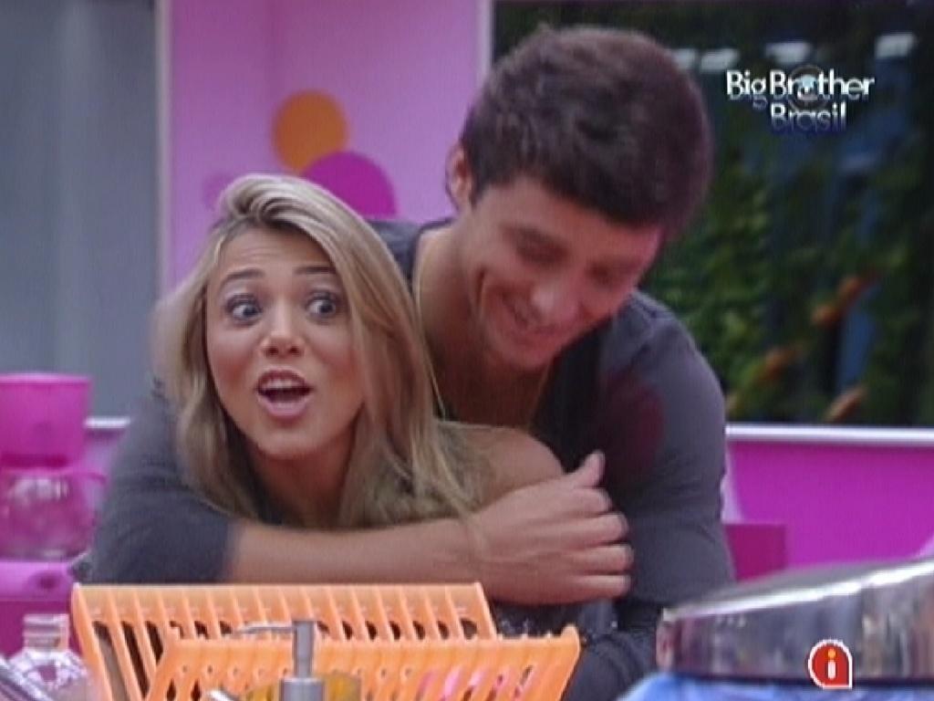 Fael abraça Fabiana depois de tirar sarro do cabelo da sister (20/2/12)