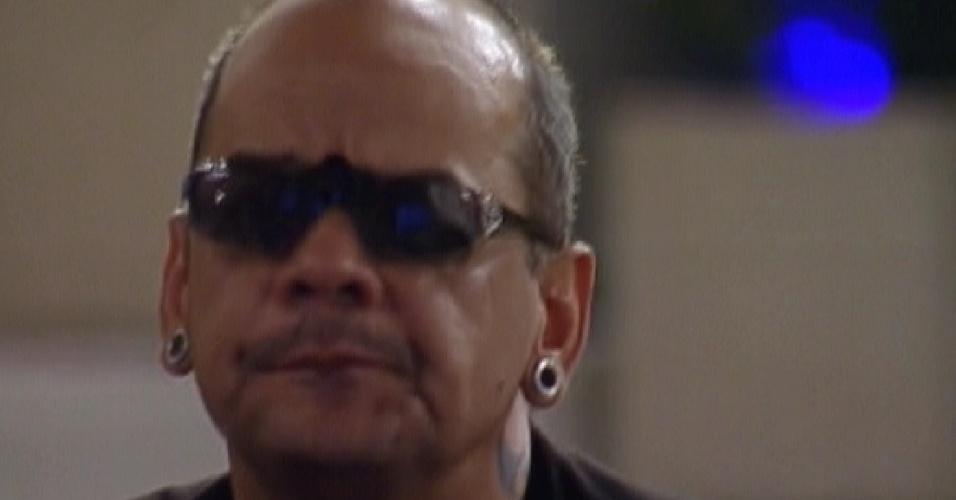 João Carvalho presta atenção no desfile das escolas de samba do Rio de Janeiro (20/2/12)