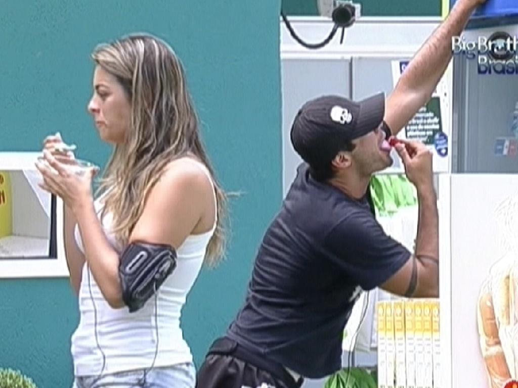 Monique e Yuri comem as frutas da degustação da compra da comida (20/2/12)