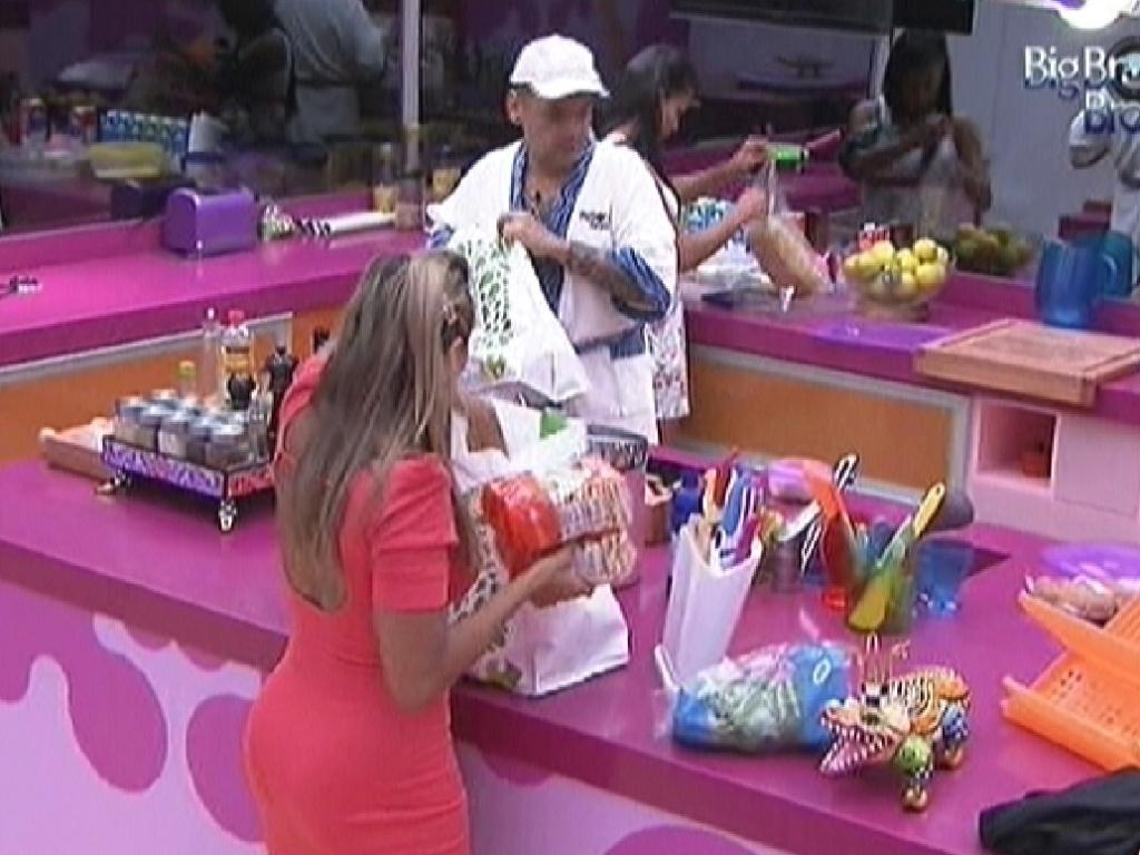 Participantes organizam as compras da semana (20/2/12)