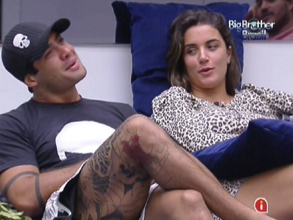 Yuri e Laisa conversam na sala depois de tomarem café da manhã (20/2/12)