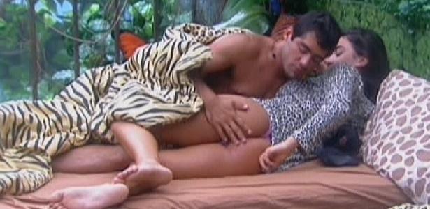 Yuri e Laisa trocam carinhos ao acordar (20/2/12)