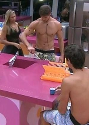 Brothers conversam enquanto limpam a cozinha depois do almoço (21/2/12)