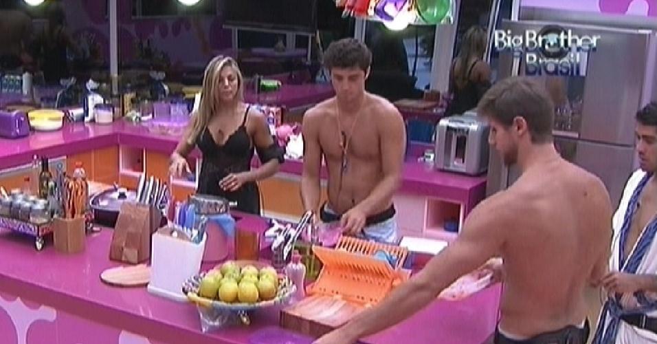 Brothers limpam a cozinha depois do almoço desta terça-feira (21/2/12)