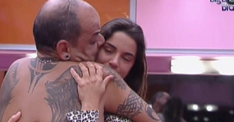 João Carvalho e Laisa fazem as pazes (21/2/12)