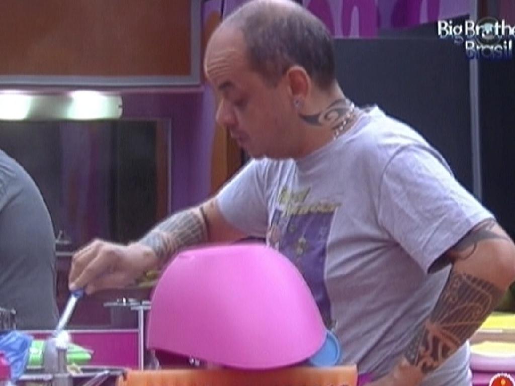 João Carvalho prepara almoço enquanto brothers dormem (21/2/12)