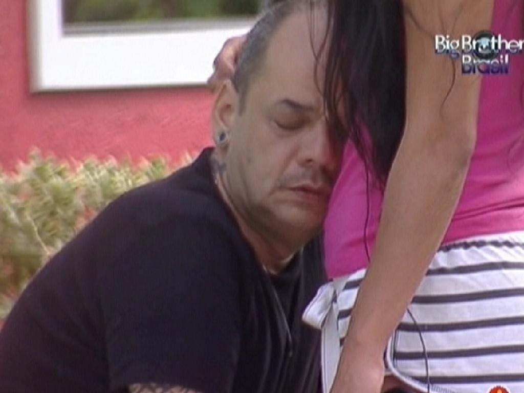 João Carvalho recebe carinho de Kelly (21/2/12)