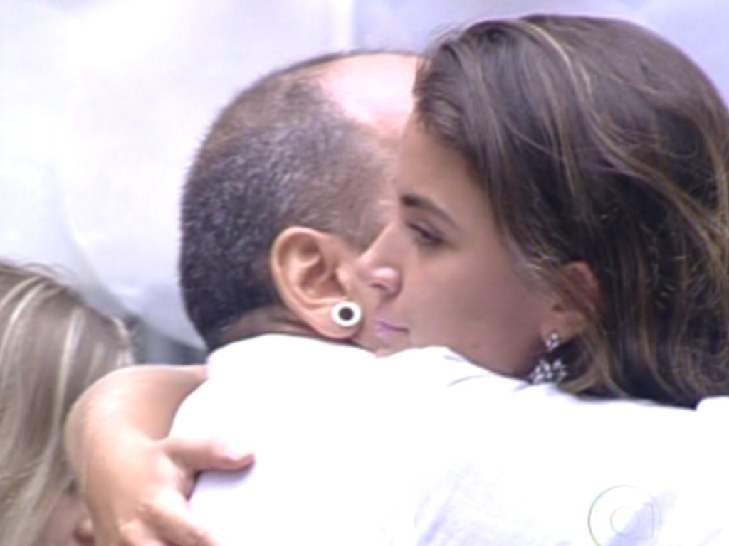 Laisa e João Carvalho se abraçam após resultado (21/2/12)